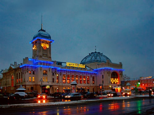 vitebsky railway station at night